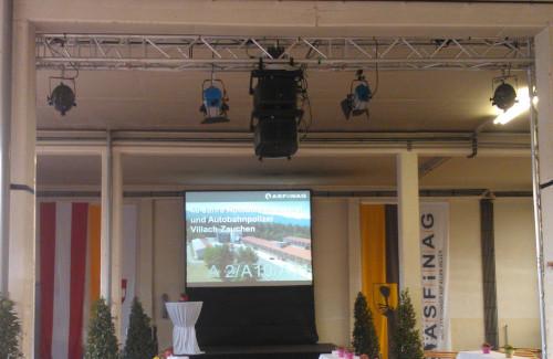 Videoprojektion mit gestackten BARCO Beamern und Bühnenbeleuchtung auf 4m Leinwand für die ASFINAG in Villach Zauchen