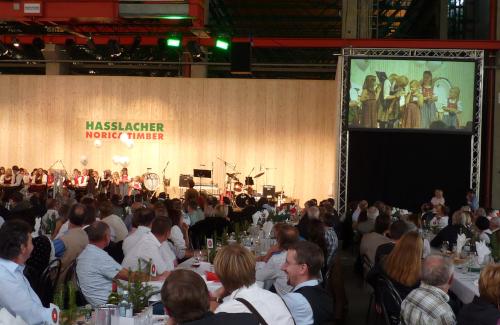 Bühne mit seitlicher Videoprojektion mit Traversen für Holzbau Hasslacher Norica Timber Sachsenburg