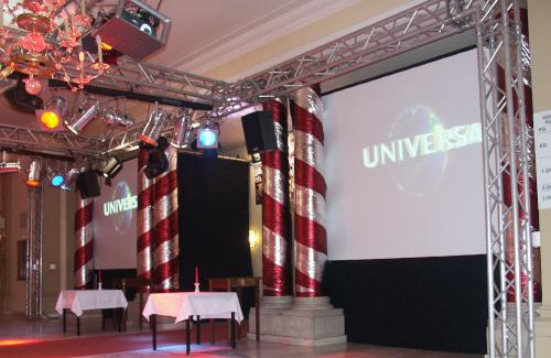 Traversensystem mit Beleuchtung, Beamer, Lautsprechern und Leinwänden für die Hollywood Classic im Konzerthaus Klagenfurt