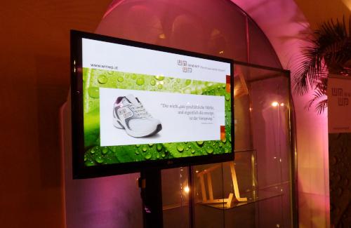 Flat TV auf SMS Stativ mit Ambiente Hintergrundbeleuchtung im Salzamt Klagenfurt für WMWP Rechtsanwälte GmbH
