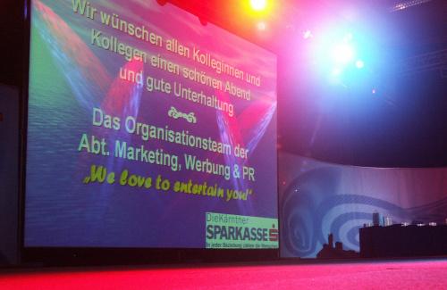 Videoprojektion auf Bühne mit rotem Teppich für Mitarbeiterabend Kärntner Sparkasse in der Messehalle Klagenfurt