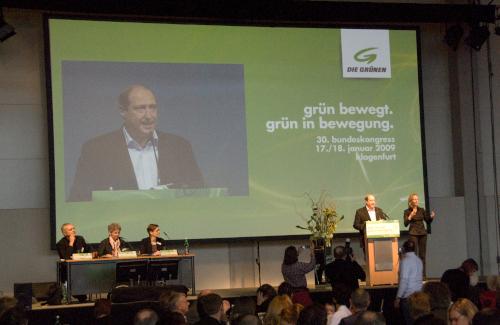 Bühne mit 8m Videoprojektion auf Stumpfl Leinwand mit Podium und Rednerpult für Parteiveranstaltung der Grünen