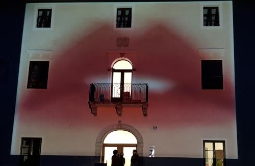 Künstlerische Projektion auf Fassade des Dinzlschloss Villach