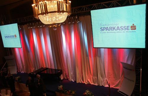 Abgesetzte Videoprojektionen vor beleuchtetem Vorhang für Stiftungsgala der Kärntner Sparkasse im Konzerthaus Klagenfurt