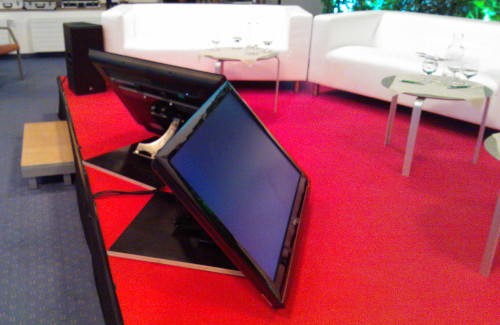 Bühne mit rotem Teppich, Video Vorschaumonitore, weiße Sofas und Meyer Sound Lautsprecher GKK Villach Warmbad