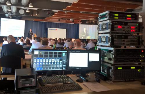 Sicht vom Technikplatz mit Ton Licht und Videotechnik auf Bühne mit Projektionen für Sparkasse im Congresscenter Pörtschach