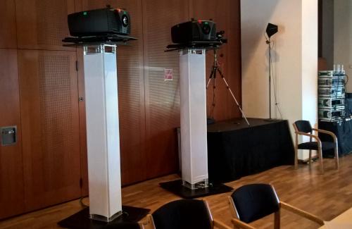 BARCO Beamer auf 2 Traveren Stativen mit weißer Husse im Congresscenter Pörtschach für Sparkasse
